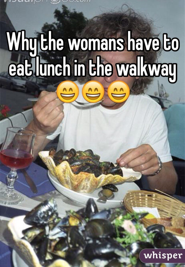 Why the womans have to eat lunch in the walkway 😄😄😄