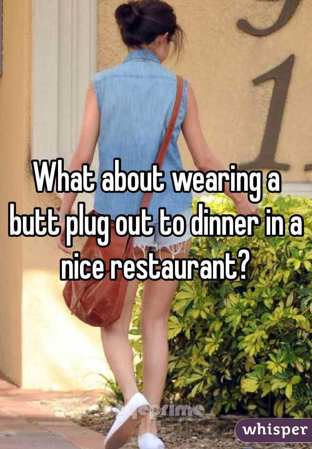 Frau trägt Butt Plug zum Abendessen #1