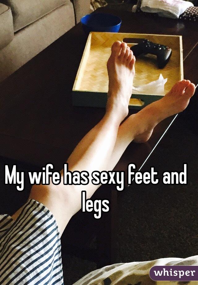 私の妻はセクシーな足を持っている