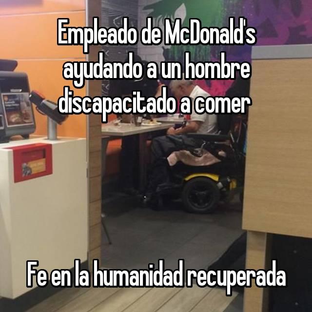 Empleado de McDonald's ayudando a un hombre discapacitado a comer      Fe en la humanidad recuperada