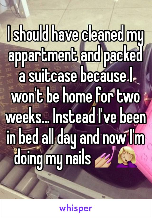 I should have cleaned my appartment and packed a suitcase because I won't be home for two weeks... Instead I've been in bed all day and now I'm doing my nails 💅🏼🤦🏼♀️