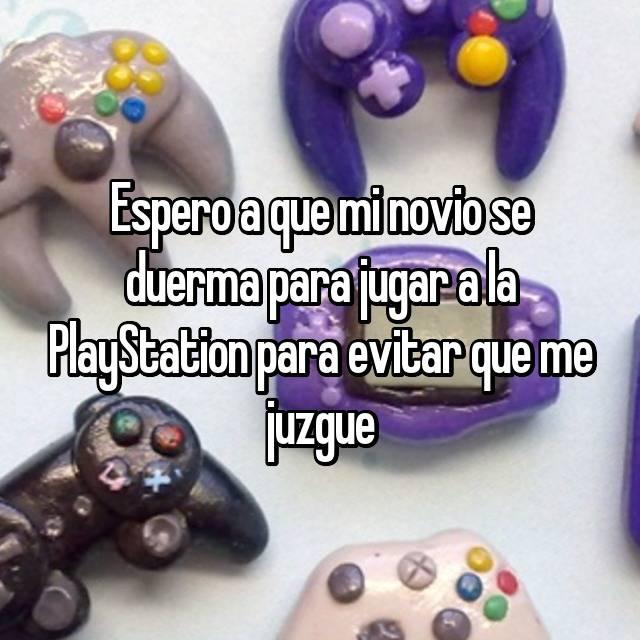 Espero a que mi novio se duerma para jugar a la PlayStation para evitar que me juzgue