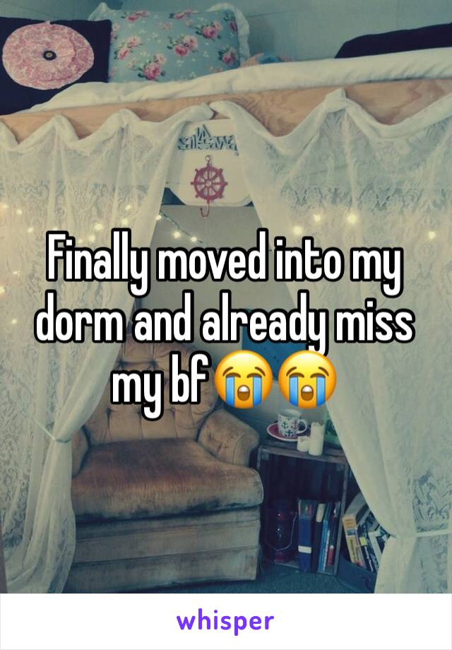 Finally moved into my dorm and already miss my bf😭😭