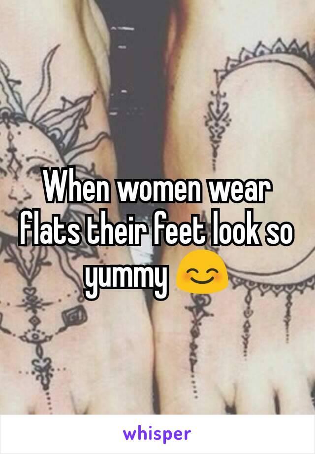 When women wear flats their feet look so yummy 😊
