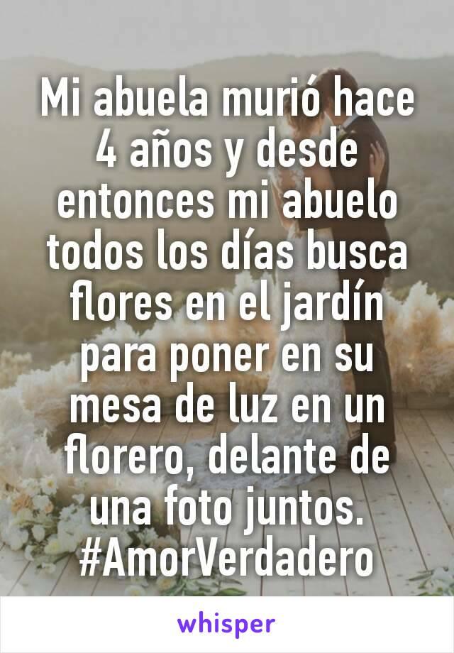 Mi abuela murió hace 4 años y desde entonces mi abuelo todos los días busca flores en el jardín para poner en su mesa de luz en un florero, delante de una foto juntos. #AmorVerdadero