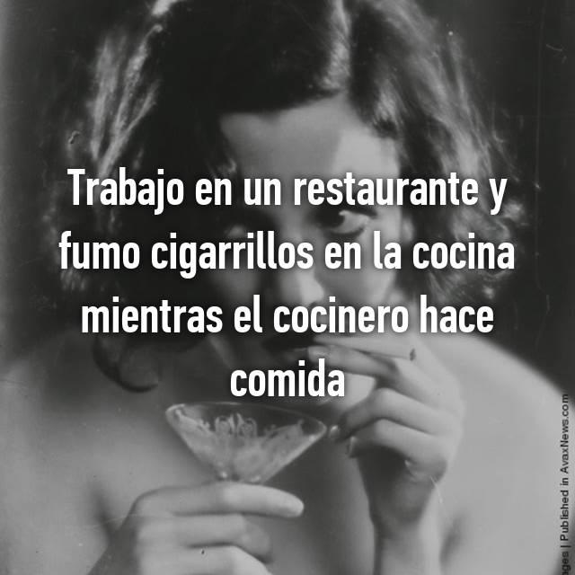 Trabajo en un restaurante y fumo cigarrillos en la cocina mientras el cocinero hace comida