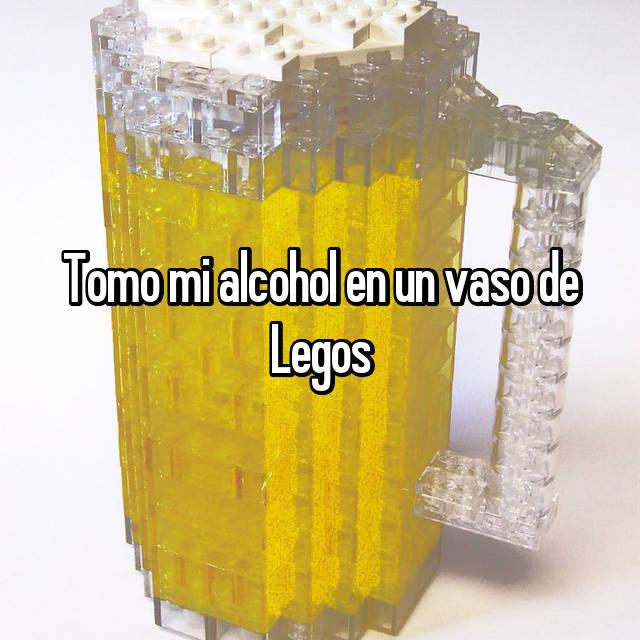 Tomo mi alcohol en un vaso de Legos